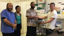 Dr. Jonathan Henry en drie artsen met een Sonosite-apparaat in Vanuatu